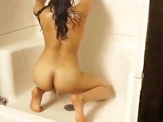 Sexy Indian Babe in arms Takes A Shower Amateur Cam